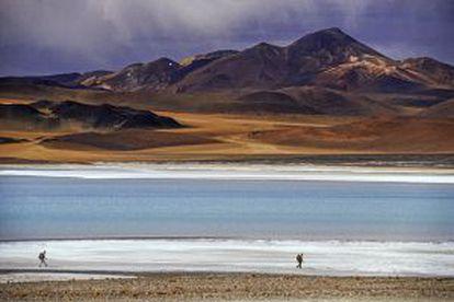 Andarilhos no deserto de Atacama, no Chile.