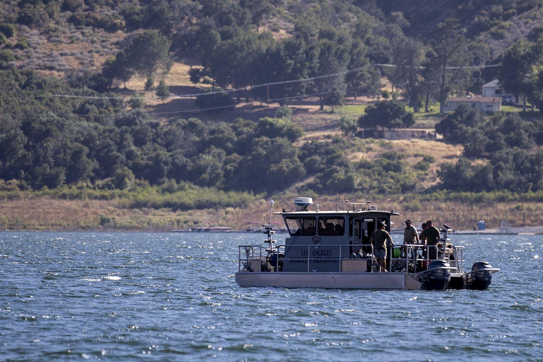 Vários barcos procuram Naya Rivera no lago Piru, Califórnia, em 10 de julho de 2020.