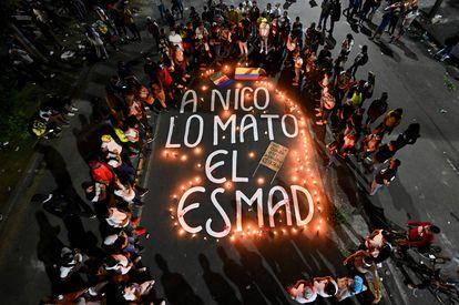 Parentes e amigos de Nicolás Guerrero, um dos mortos nos protestos contra a reforma tributária na cidade de Cali, reúnem-se durante vigília em sua homenagem.