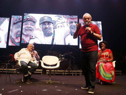 Lula, Mujica e a líder do PT no Rio de Janeiro, Benedita da Silva, neste sábado, na festa de aniversário.