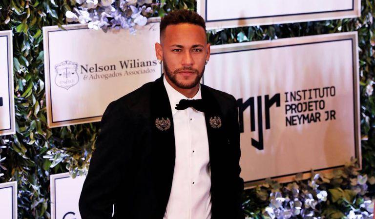 Neymar em evento de arrecadação de fundos para o seu instituto.