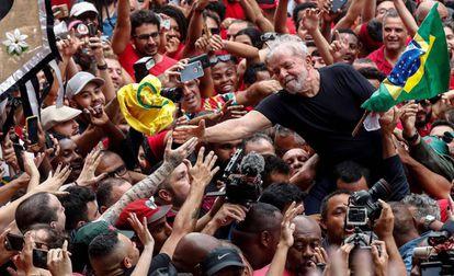 Lula carregado por apoiadores em São Bernardo.