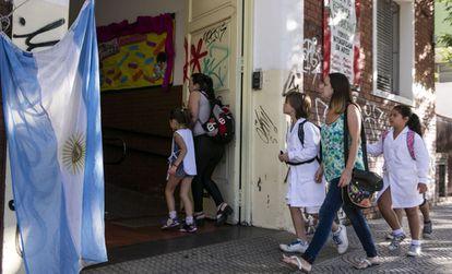 Alunos entram em escola pública, em Buenos Aires.