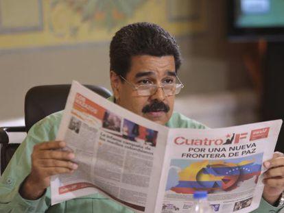 Maduro lê um jornal pró-Governo durante seu programa de TV.