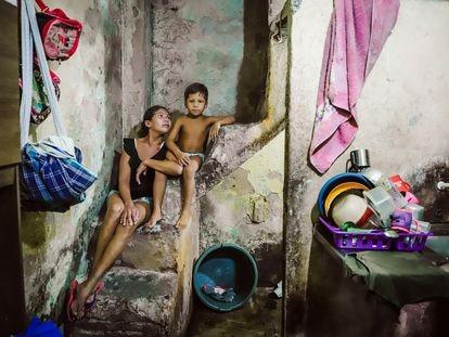 Maria Marlúcia de Souza e um dos seus sete filhos, na casa onde eles moram em Fortaleza.
