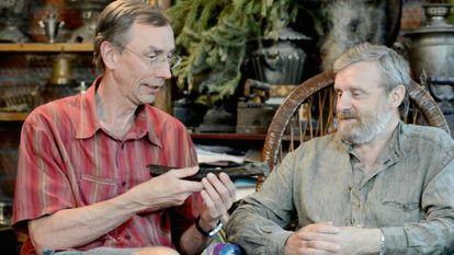 Svante Paäbo, à esquerda, mostra o fêmur achado na Sibéria.