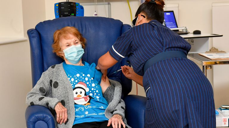 Margaret Keenan de 90 anos de idade, é a primeira paciente no Reino Unido a receber a vacina da Pfizer no programa de imunização do país