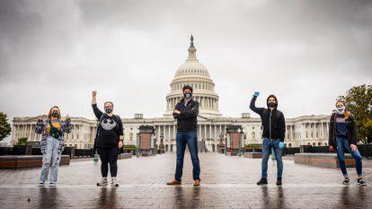 O diretor dos Universitários Democratas de Washington, Juan Carlos Mora (centro), com outros eleitores de Joe Biden.