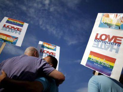 Casal celebra decisão da Suprema Corte dos EUA. / LUCY NICHOLSON (REUTERS)