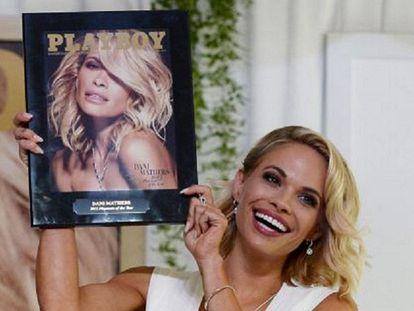 A playmate de 2015, com uma cópia de 'Playboy'.