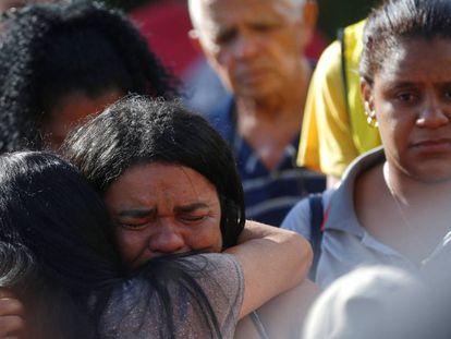 Familiares no enterro de vítimas da tragédia.