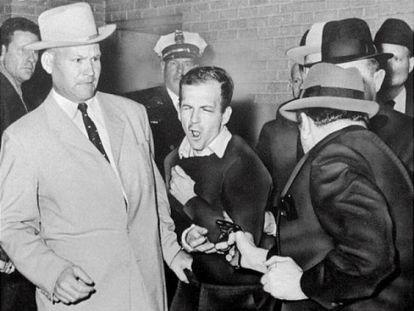 Jack Ruby atira em Lee Harvey Oswald quando era levado para a prisão (24 de novembro de 1963).