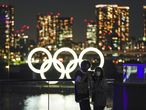 Tokyo (Japan), 26/05/2021.- A couple posing for a selfie with an Olympic Rings monument set at Odaiba Marine Park in Tokyo, Japan, 26 May 2021. Official partner of the Tokyo 2020 Olympic Games, Asahi Shimbun newspaper called for cancellation of the Olympic Games to Prime Minister Yoshihide Suga in its editorial on 26 May 2021. More than 80 per cent of Japanese people think to cancel or postpone the Tokyo Olympic Games according to a opinion poll by a Japanese TV on mid-May. (Japón, Tokio) EFE/EPA/KIMIMASA MAYAMA