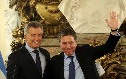 O presidente argentino, Mauricio Macri (esq), ao lado do ministro da Fazenda, Nicolás Dujovne.