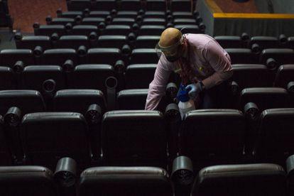 Funcionário limpa os assentos de uma sala de cinema em Caracas, na quarta-feira.
