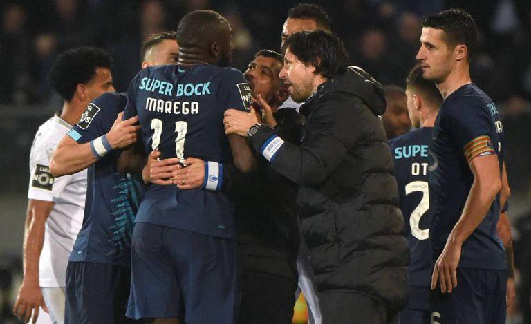 Jogadores e o técnico do Porto tentam impedir Marega de deixar o campo durante o jogo contra o Vitória de Guimarães.