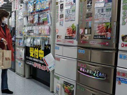 Consumidora em loja de departamentos de Tóquio.