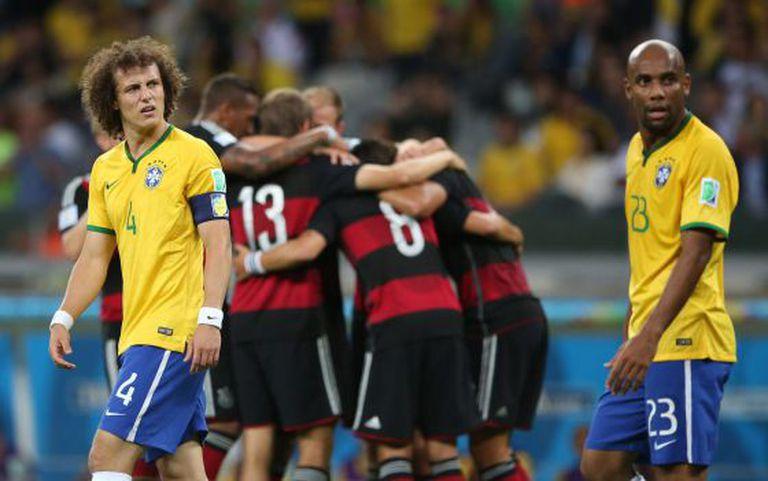 Os alemães festejam um gol diante de David Luiz e Maicon.