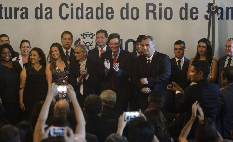 Marcelo Crivella toma posse como prefeito do Rio de Janeiro.