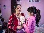 SAO PAULO, SP, BRASIL, 12.02.2020: Cristiane Ramos, 34, com a filha Ingrid, 6, na sua casa no distrito de Engenheiro Marsilac, zona sul de SP. Uma criança que nasce em Marsilac tem 23 vezes mais chance de morrer antes de completar um ano do que uma criança de Perdizes (zona oeste da cidade) . (Diego Padgurschi /EL PAÍS)