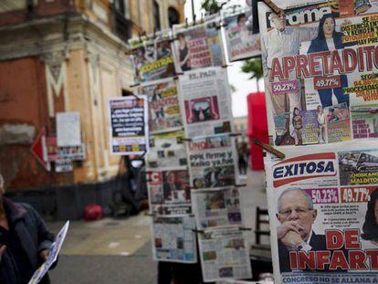 A imprensa peruana acompanha a contagem de votos.