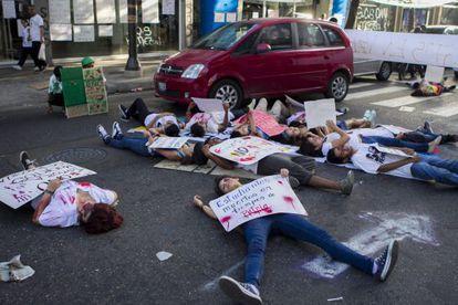 Manifestantes opositores se fingem de mortos durante protesto contra Maduro.
