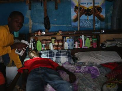 Um menino prepara o pai, com suspeita de ebola, para ser levado a um centro de isolamento.