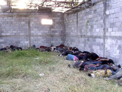 Os 72 cadáveres, em uma vala abandonada em San Fernando.
