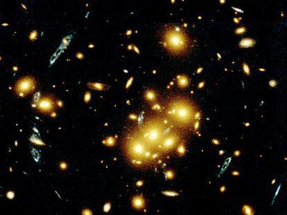 Diversas imagens de uma mesma galáxia captadas pelo telescópio Hubble.