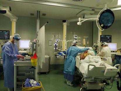 Profissionais sanitários trabalham na UTI de um hospital de Bérgamo, na terça-feira passada.