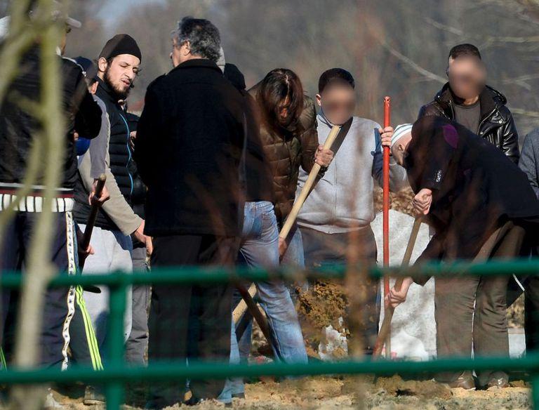 Familiares e amigos de Ibrahim Abdeslam, um dos terroristas de Paris, no enterro dele, em 17 de março, no cemitério de Schaerbeek. À esquerda, Abid Aberkan, detido em 19 de novembro por ajudar Salah Abdesalam a se esconder.