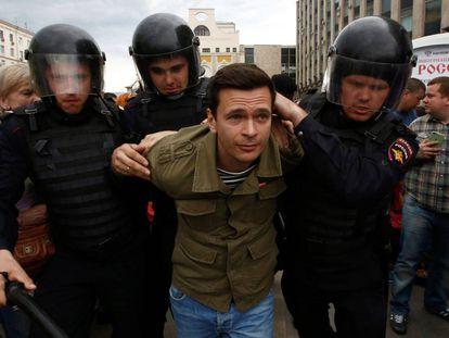 Polícia russa prende um dos manifestantes em Moscou.
