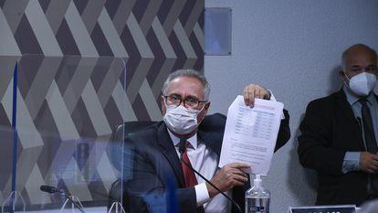 O relator da CPI da Pandemia, Renan Calheiros (MDB-AL), exibe documento sobre uma série de pagamentos efetuados e recebidos pelo empresário Otávio Fakhoury, que depôs à comissão no dia 30 de setembro.