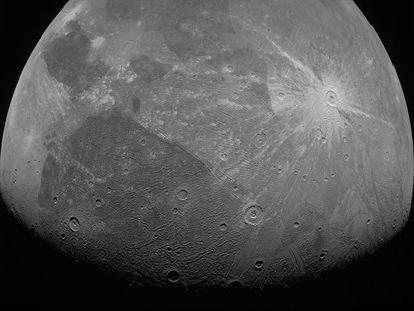 Uma das imagens de Ganímedes feitas pela sonda Juno em 7 de junho.