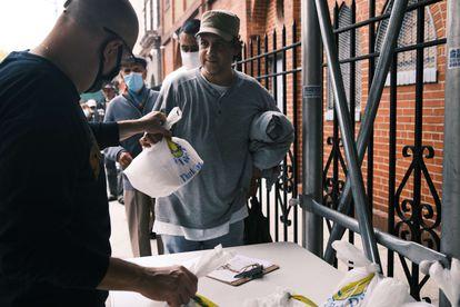 Vizinhos recebem comida em uma igreja do Bronx (Nova York), em 22 de outubro.