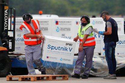 Descarregamento de caixas com vacinas Sputnik V no Aeroporto Internacional de Ezeiza, em Buenos Aires (Argentina), no dia 28 de janeiro.
