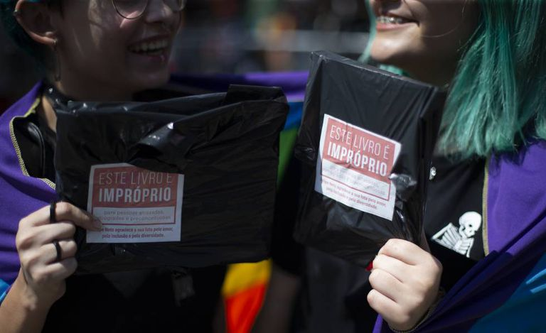 Em resposta à Crivella, o youtuber Felipe Neto distribuiu milhares de livros com temática LGBT neste sábado na Bienal.