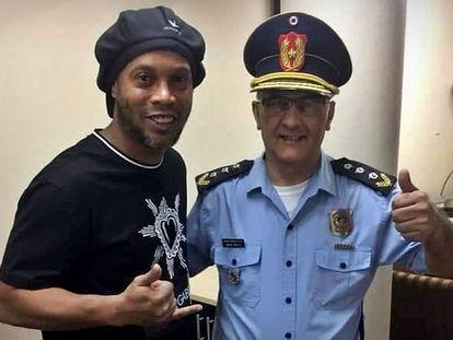 Ronaldinho posa para foto com policial no Paraguai.