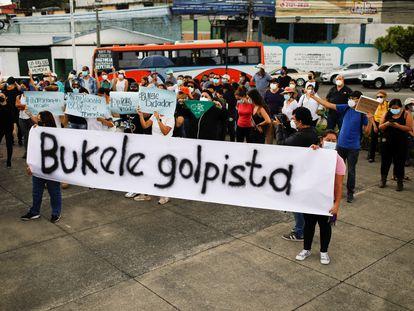 Um protesto contra as decisões de Nayib Bukele, em San Salvador, em 3 de maio.