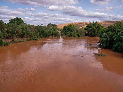 Rio Doce foi tomado pela lama após rompimento de barragem em Mariana.