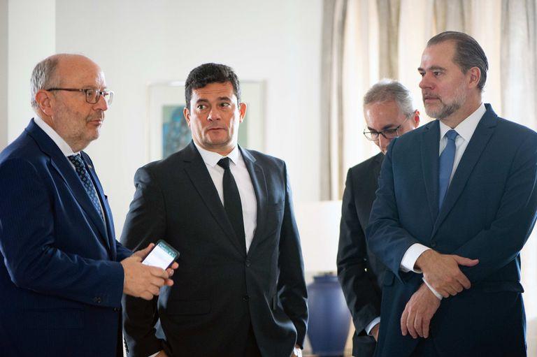 Antonio Dias Toffoli (à dir.), com Sergio Moro e o embaixador Fernando García Casas, em cerimônia na Embaixada da Espanha após a extradição do condenado Carlos García Juliá.