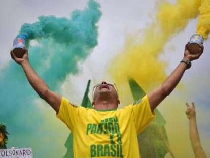 Um apoiador de Jair Bolsonaro durante a jornada eleitoral.