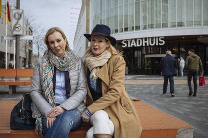 Simone Bradwijk (esq.) e Astrid van Dongen, apoiadoras de Wilders, em Almere.