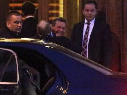 Gerhard Schröder abraça Vladimir Putin em São Petersburgo.