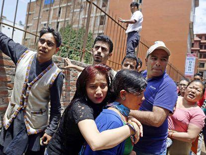 Um grupo de pessoas sai à rua em Sankhu depois do terremoto de 7,4 de magnitude que sacudiu o Nepal.