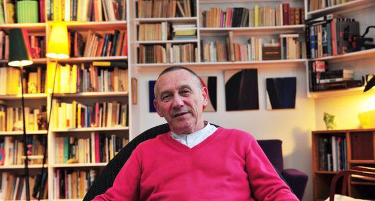 O filósofo francês Yves Michaud, em sua casa em Paris.
