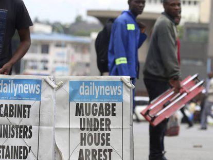 Jornais do Zimbábue informam sobre a prisão de Mugabe.