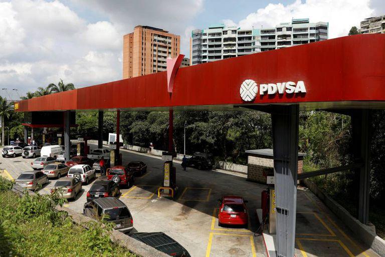 Filas de carros em um posto de gasolina de Caracas, em novembro.