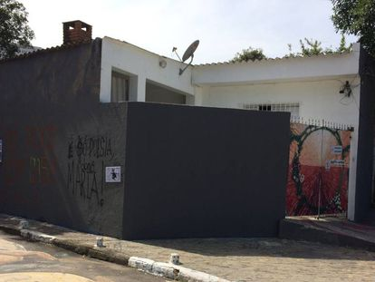 Muro da residência de João Batista, pintado de cinza por ele mesmo.