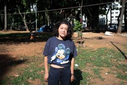 Bruna, de 29 anos, vive na praça da República, em São Paulo, e depende de doações para ter acesso a absorventes e outros itens de higiene.